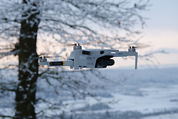 THEMENBILD - eine Drohne schwebend über Tübingen. Ein neues Regulativ wird die Drohnennutzung in der Europäischen Union mit Jahresende einheitlich und einfacher machen. In Österreich gibt es ab dem 31. Dezember einen Online-Test, bei dessen erfolgreicher Absolvierung Drohnen im gesamten Luftraum der EU gesteuert werden dürfen. Bild aufgenommen am 7.1. 2021 in Tuebingen, Deutschland // eine Drohne schwebend über Tübingen. Ein neues Regulativ wird die Drohnennutzung in der Europäischen Union mit Jahresende einheitlich und einfacher machen. In Österreich gibt es ab dem 31. Dezember einen Online-Test, bei dessen erfolgreicher Absolvierung Drohnen im gesamten Luftraum der EU gesteuert werden dürfen. Picture taken in Tuebingen, Germany on 2021/01/07. EXPA Pictures © 2020, PhotoCredit: EXPA/ Eibner-Pressefoto/ Thomas Dinges<br /> <br /> *****ATTENTION - OUT of GER*****