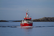 Fiskebåten Hans R (M150AE) på vei inn til Fosnavåg for å levere fisk | The Fishingboat Hans R on way to Fosnavåg to deliver fish.