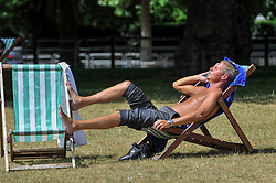 © Licensed to London News Pictures. 07/07/2017. London, UK. Tourists and office workers enjoy the sunshine on a hot day in St James's Park.  Temperatures in the capital are forecast to rise to 28C.   Photo credit : Stephen Chung/LNP