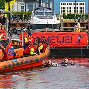NLD/Huizen/20180706 - Opanem Bommetje 2018, deelnemer word met een brancard uit het water gedragen