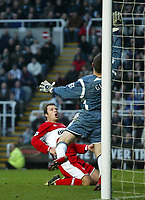Photo: Andrew Unwin.<br />Newcastle United v Middlesbrough. The Barclays Premiership. 02/01/2006.<br />Middlesbrough's Mark Viduka (L) fires his shot past Newcastle's goalkeeper, Shay Given (R), but over the goal.