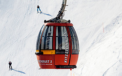 THEMENBILD - Blick auf eine Gondelbahn Kabine mit einer Piste und Skifahrer im Hintergrund aufgenommen am 10. April 2017 am Kitzsteinhorn Gletscher, Kaprun Österreich // View of a gondola lift cabin with the slope and skiers in the backgournd at the Kitzsteinhorn Glacier Ski Resort, Kaprun Austria on 2017/04/10. EXPA Pictures © 2017, PhotoCredit: EXPA/ JFK
