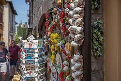 THEMENBILD - Knoblauch und Gemüse aus Ton an der Steinmauer eines Geschäfts und Postkarten in den Gassen, aufgenommen am 28. Juli 2018, Sirmione, Italien // Clay garlic and vegetables on the stone wall of a shop and postcards in the alleys on 2018/07/28, Sirmione, Italy. EXPA Pictures © 2018, PhotoCredit: EXPA/ Stefanie Oberhauser