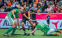 ANTWERPEN - Bjorn Kellerman (Ned) brengt de stand op 3-0  tijdens Nederland-Ierland mannen  bij het Europees kampioenschap hockey.  rechts Paul Gleghorne (Irl) en links Conor Harte (Irl)  . Op de achtergrond kijkt Jelle Galema (Ned)  toe. COPYRIGHT KOEN SUYK