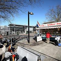Nederland, Landsmeer , 20 maart 2012..Viskraam aan de Dorpstraat in Landsmeer met op de achtergrond het Gemeentehuis..Foto:Jean-Pierre Jans