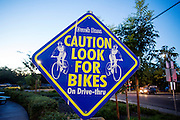 In de Amerikaanse plaats Davis, California waarschuwt een bord bij een drive-in koffieshop voor passerende fietsers.<br /> <br /> In the American town Davis, California a sign at a drive-thru coffee shop warns for passing cyclists.