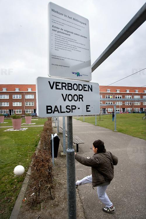 Nederland Rotterdam 8 maart 2008 20080308 .Kind speelt met voetbal in millinxpark achterstandswijk millinxbuurt op plek waar het verboden is om dit te doen.In de Rotterdamse Tarwewijk ligt het Millinxpark. Een groenvoorziening die te omschrijven is als teken van hoop. De Tarwewijk, een van de bekendste achterstandswijken van Rotterdam, is bezig aan een opmerkelijke metamorfose. Vijf jaar geleden startte het project om met een integrale aanpak de Millinxbuurt in de oude Rotterdamse wijk Charlois te verbeteren. Als onderdeel hiervan werd een centraal gelegen parkje, met inspraak van de buurtbewoners en met hun hulp, door de gemeente gerenoveerd. De buurt beschouwt dit als een teken van hoop. Het Millinxpark nadert nu zijn voltooiing. Plant Publicity Holland (PPH) en de Vereniging Hoveniers en Groenvoorzieners (VHG) hebben tesamen met de wijkraad zich ingezet om met planten en arbeid het parkje een echt groen aanzien te geven. Vrijdag 4 juni wordt de beplanting officieel aan de burgemeester van Rotterdam, mr I.W. Opstelten aangeboden. Dit gebeurt door de heer J. Habets directeur van Plant Publicity Holland..?.De overdracht valt samen met de officiële ingebruikneming van het Millinxhuis..Groen is de motor?De aandacht voor het groen is de motor geweest voor een opwaardering van de buurt. Rond het Millinxpark zijn huizenblokken gerenoveerd. Het project had een duidelijke positieve spin-off. De buurtbewoners voelden zich betrokken en werden zelf ook actief om het aanzien van hun buurt te verbeteren. De waarde van de panden is gestegen, de grotere sociale controle heeft ondermeer geleid tot een beter leefklimaat. Het is de bedoeling om het groen in de Tarwewijk verder op te waarderen met een lange groenstrook , die als een ruggengraat door de buurt loopt. Het beschikbaar krijgen van de benodigde financiële middelen en het vasthouden en stimuleren van de interesse bij de gemeentelijke overheid is nu essentieel in deze fase.Het is nu van belang dat het belang van het groen o