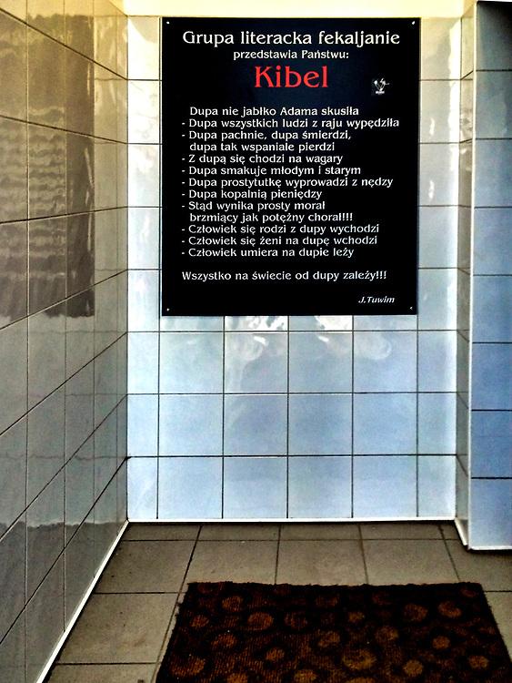 Wiersz Juliana Tuwima na ścianie przy wejściu do toalety publicznej przy ulicy Złotej 11. Warszawa