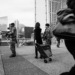mardi 13 septembre 2016, 10h01, La Défense. Interpellée par une passante sur le parvis de l'esplanade de la Défense, la patrouille du 13ème Régiment du Génie s'arrête et tente de répondre à sa demande d'information.