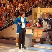 NLD/Hilversum/20070302 - 8e Live uitzending SBS Sterrendansen op het IJs 2007, Gerard Joling met een vangnet voor de beren