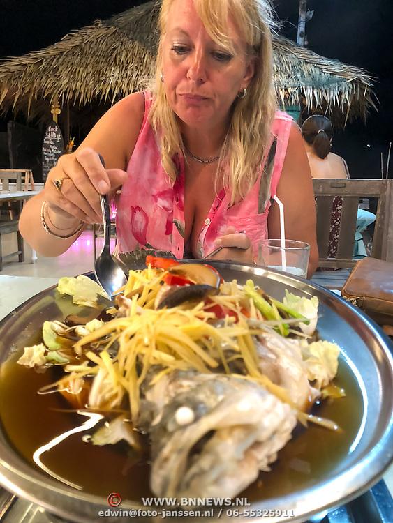 THA/Hua Hin/20180628 - Thailand, toeriste aan de maaltijd