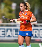 AMSTELVEEN - HOCKEY - Annemieke Schildmeijer tijdens de eerste competitiewedstrijd van het nieuwe seizoen tussen de vrouwen van Pinoke en Bloemendaal. COPYRIGHT KOEN SUYK