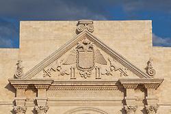 Porta Napoli. Porta Napoli, o arco di Trionfo, fu eretta nel 1548 in onore dell'imperatore Carlo V come dimostrazione di gratitudine per le opere di fortificazione fatte realizzare in difesa della città. Fu realizzato nel luogo dell'antica Porta San Giusto, al di sotto della quale, secondo la tradizione, riposavano le spoglie del santo.<br /> La porta è costituita da un solo fornice affiancato da due colonne corinzie binate che sorreggono un frontone triangolare sul quale sono scolpite le insegne imperiali con trofei e panoplie. Sul fregio centrale appare, in latino, l'epigrafe dedicatoria.