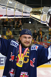 14.04.2015, Albert Schultz Eishalle, Wien, AUT, EBEL, UPC Vienna Capitals vs EC Red Bull Salzburg, Finale, 4.Spiel, EC Red Bull Salzburg ist Meister, im Bild Alexander Cijan (EC Red Bull Salzburg) // during the Erste Bank Icehockey League 4th final match between UPC Vienna Capitals and EC Red Bull Salzburg at the Albert Schultz Ice Arena in Vienna, Austria on 2015/04/14. EXPA Pictures © 2015, PhotoCredit: EXPA/ Alexander Forst