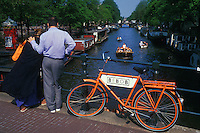 Holanda. Amsterdam.<br /> Pareja observando el Canal Prinsengracht.<br /> <br /> © JOAN COSTA