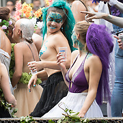NLD/Amsterdam//20170805 - Gay Pride 2017, Dames met blote borsten