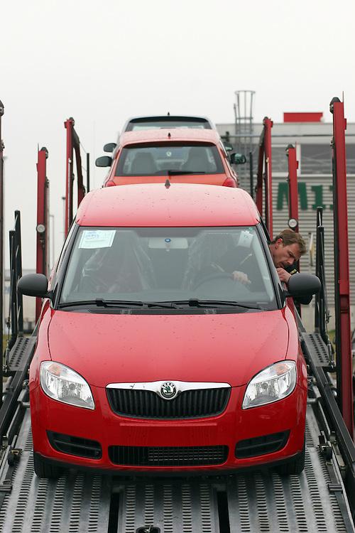 Mlada Boleslav/Tschechische Republik, Tschechien, CZE, 19.03.07: Das neue Modell des Skoda Fabia wird auf dem Werksgelände der Skoda Auto Fabrik in Mlada Boleslav für die Auslieferung per Lkw auf einen Autotransporter geladen. Der tschechische Autohersteller Skoda ist ein Tochterunternehmen der Volkswagen Gruppe.<br /> <br /> Mlada Boleslav/Czech Republic, CZE, 19.03.07: New Skoda Fabia vehicle being loaded on trailer-train for transport from Skoda car factory in Mlada Boleslav. Czech car producer Skoda Auto is subsidiary of the German Volkswagen Group (VAG).