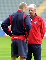 Fotball<br /> England trener før kampen mot Ukraina<br /> 17.08.2004<br /> Foto: SBI/Digitalsport<br /> NORWAY ONLY<br /> <br /> England coach Sven Göran Eriksson (R) talks tactics with captain David Beckham prior to tomorrow evening's friendly.