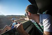 Christien Veelenturf krijgt van trainer Ivo Huisman een fles water aangereikt tijdens de training buiten Las Vegas. Veelenturf is met het Human Power Team Delft en Amsterdam in Amerika voor de de World Human Powered Speed Challenge. Tijdens deze wedstrijd wordt geprobeerd zo hard mogelijk te fietsen op pure menskracht. Ze halen snelheden tot 133 km/h. De deelnemers bestaan zowel uit teams van universiteiten als uit hobbyisten. Met de gestroomlijnde fietsen willen ze laten zien wat mogelijk is met menskracht. De speciale ligfietsen kunnen gezien worden als de Formule 1 van het fietsen. De kennis die wordt opgedaan wordt ook gebruikt om duurzaam vervoer verder te ontwikkelen.<br /> <br /> In Battle Mountain (Nevada) each year the World Human Powered Speed Challenge is held. During this race they try to ride on pure manpower as hard as possible. Speeds up to 133 km/h are reached. The participants consist of both teams from universities and from hobbyists. With the sleek bikes they want to show what is possible with human power. The special recumbent bicycles can be seen as the Formula 1 of the bicycle. The knowledge gained is also used to develop sustainable transport.