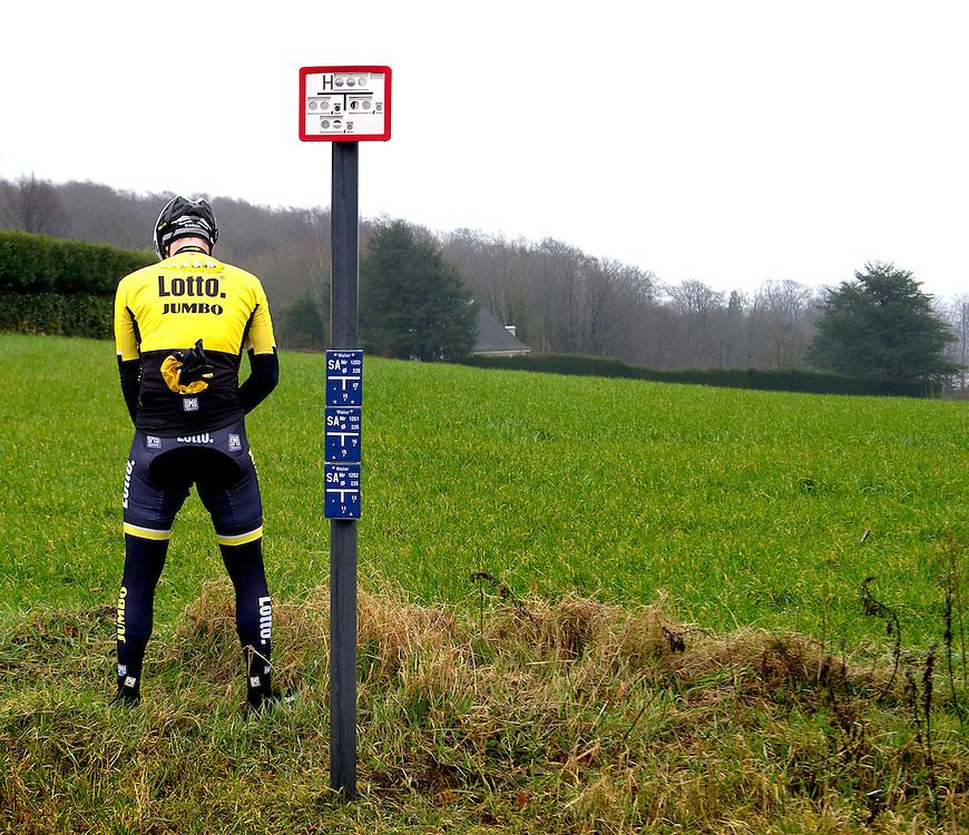 Belgie, Kluisbergen, 26-02-2015.<br /> Een rijder van LottoNL-Jumbo moet nog even wat kwijt in de buurt van de Kluisberg waar de renners beginnen aan hun training op het parcours van de Omloop Het Nieuwsblad.<br /> Foto : Klaas Jan van der Weij
