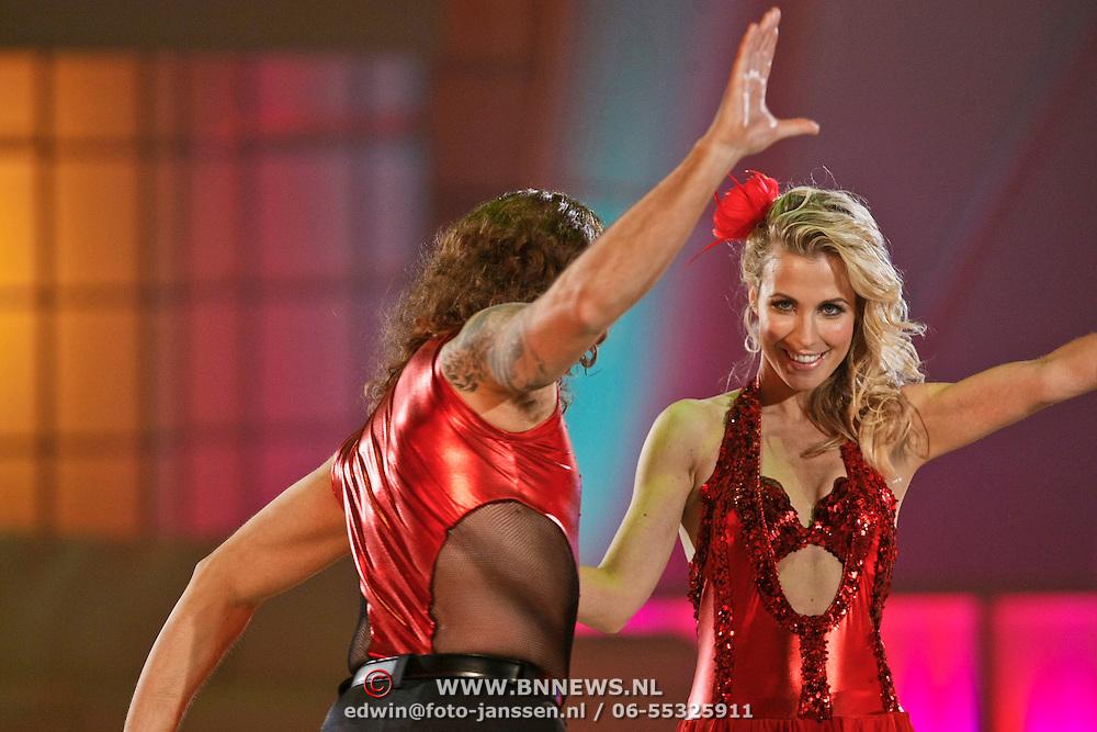 NLD/Hilversum/20110204 - 2e Liveshow Sterren Dansen op het IJs 2011, Vivian Reijs en schaatspartner Nick Keagan