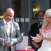 NLD/Den Haag/20120401 - Huwelijk Barbie en Michael van der Plas, met hun duiven