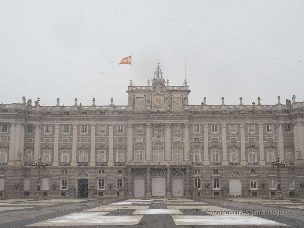 Madrid, Spain. 7th January, 2021. View of the Royal Palace courtyard during the snowfall of storm Filomena. Storm Filomena hits Madrid (Spain), a weather alert was issued for cold temperatures and heavy snow storms across Spain; according to the weather agency Aemet is expected to be one of the snowiest days in recent years. © Valentin Sama-Rojo.