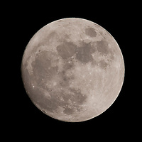 Full moon is seen over city of Budapest, Hungary. Wednesday, 08. April 2009. ATTILA VOLGYI