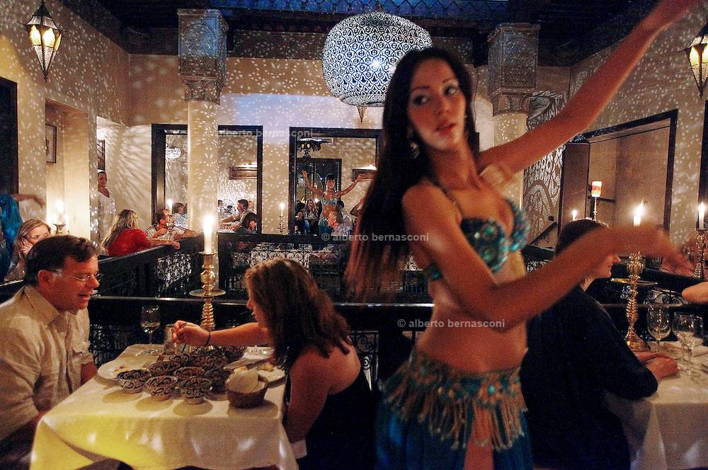 MAROC, Marrakesh: ristorante Tanjia, belly dance for tourists Morocco