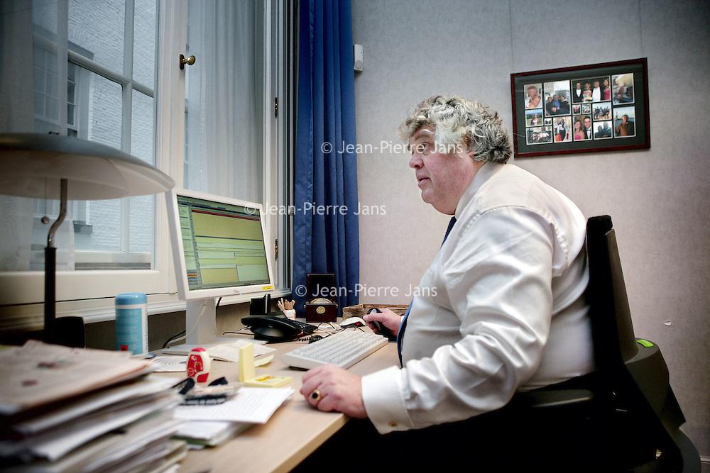 Nederland, Den Haag , 18 december 2009..Ton Maarten Christofoor Elias (Den Haag, 14 maart 1955) is een Nederlands politicus en een voormalig Nederlands journalist. Namens de Volkspartij voor Vrijheid en Democratie (VVD) is hij sinds 18 december 2008 lid van de Tweede Kamer der Staten-Generaal, als tussentijds opvolger van Henk Kamp..Op de foto Ton Elias op zijn werkkamer in het Tweede Kamer gebouw..Foto:Jean-Pierre Jans