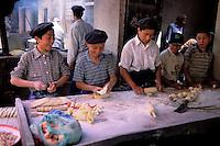 China. Sinkiang Province (Xinjiang).  Kashgar (Kashi). Old city bazar. Ouigour population. Bakery. // Chine. Province du Sinkiang (Xinjiang). Kashgar (Kashi). Bazar de la vieille ville. Population Ouigour. Boulangerie.