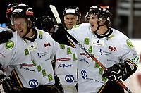 Ishockey<br /> GET Ligaen Eliteserien<br /> Jordal Amfi 04.12.06<br /> Foto: Kasper Wikestad<br /> <br /> Vålerenga VIF - Comet Halden<br /> Peter Lorentzen (til høyre) og lagkameratene feirer 4-4