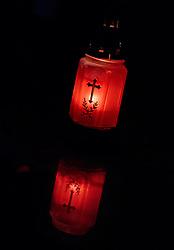 THEMENBILD - eine brennende Kerze mit einem Kreuz spiegelt sich auf der Marmorplatte eines Grabes. Am 1. November, gedenken Katholiken aller Menschen, die in der Kirche als Heilige verehrt werden. Das Fest Allerseelen am darauf folgenden 2. November, ist dem Gedaechtnis aller Verstorbenen gewidmet, aufgenommen am 30.10.2016, Kaprun, Oesterreich // a burning candle with a cross reflected on the marble slab of a grave, on All Saints' Day 1st November, Catholics remember all people who are venerated as saints in the church. The festival Souls on the following second November is dedicated to the memory of all deceased, taken at the cemetery in Kaprun, Austria on 2016/10/30. EXPA Pictures © 2016, PhotoCredit: EXPA/ JFK