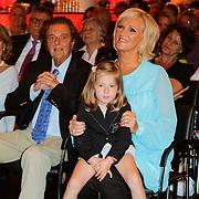 NLD/Amsterdam/20120610 -Uitreiking Johan Kaartprijs 2012, Tineke Schouten met partner Hans Brunyanski en kleindochter Raffaela