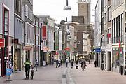 Nederland, Nijmegen, 30-4-2020 De binnenstad van Nijmegen . Het is duidelijk rustiger en stiller als normaal in de straten, winkelstraten van het centrum in de stad . Mensen blijven thuis om zo min mogelijk risico te nemen ivm het coronavirus . Terrassen zijn gesloten . Stadsbeeld van een winkelstraat in het centrum van de stad . Nu de drukte toeneemt vanwege het mooie weer en het langdurige thuisblijven, binnenzitten, is het straatbeeld drukker . Foto: Flip Franssen