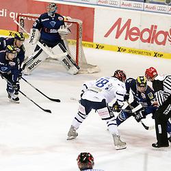 Bully for dem Tor des ERC Ingolstadt <br /> 78 Mike York (Spieler Iserlohn Roosters) und 42 Jared Ross (Spieler ERC Ingolstadt)<br /> im Hintergrund 51 Timo Pielmeier (Torwart ERC Ingolstadt), 88 Brandon McMillan (Spieler ERC Ingolstadt) und 2 Patrick McNeill (Spieler ERC Ingolstadt) beim Spiel in der DEL, ERC Ingolstadt (blau) - Iserlohn Roosters (weiss).<br /> <br /> Foto © PIX-Sportfotos *** Foto ist honorarpflichtig! *** Auf Anfrage in hoeherer Qualitaet/Aufloesung. Belegexemplar erbeten. Veroeffentlichung ausschliesslich fuer journalistisch-publizistische Zwecke. For editorial use only.