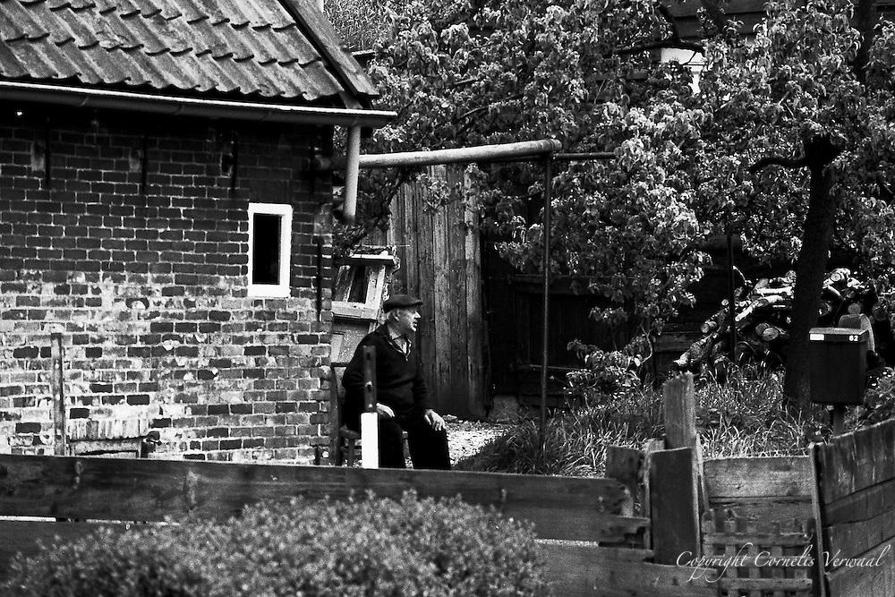 Man in zijn tuin aan het Broekselaantje in Ammerstol.