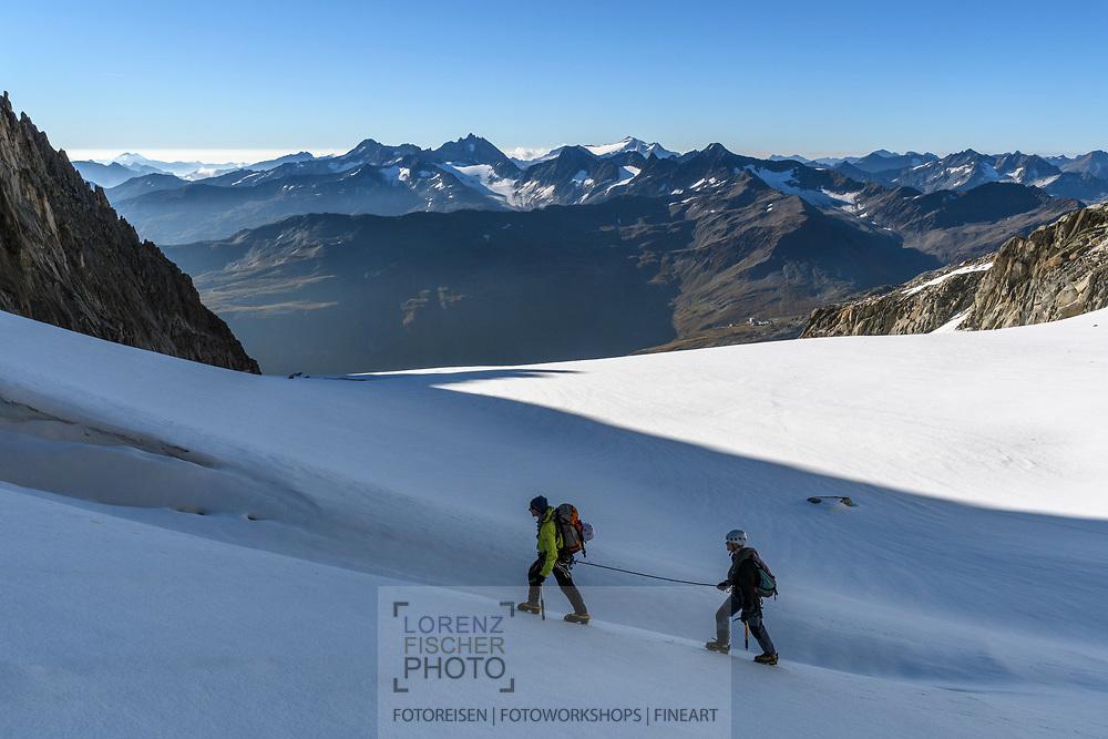 Zwei Alpinisten auf dem Sidelengletscher mit Blick in die Lepontischen Alpen, Furka, Uri, Schweiz<br /> <br /> Two alpinists on the Sidelengletscher and the Lepontine Alps, Furka, Uri, Switzerland