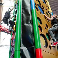 Nederland, Amsterdam, 2 augustus 2017.<br /> Met vier meedenklezers van Kidsweek naar de klimhal van Clip 'n Climb in Amsterdam Noord.<br /> Foto: Jean-Pierre Jans<br /> <br /> The Netherlands, Amsterdam, August 2, 2017.<br /> Fun at the Clip 'n Climb climbing hall in Amsterdam North.<br /> Photo: Jean-Pierre Jans