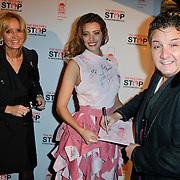 NLD/Blaricum/20111120 - Benefietdiner St. Stop Kindermisbruik, Rene Froger signeert de servettenjurk van Marvy Rieder