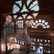 01-11-1999-Groningen, de gerestaureerde hal van het hoofdstation .<br /> Deze word morgen officieel in gebruik genomen in aanwezigheid van Koningin Beatrix.<br /> Weerspiegeling van de ramen via de glaze loopbrug.<br /> Foto: Sake Elzinga