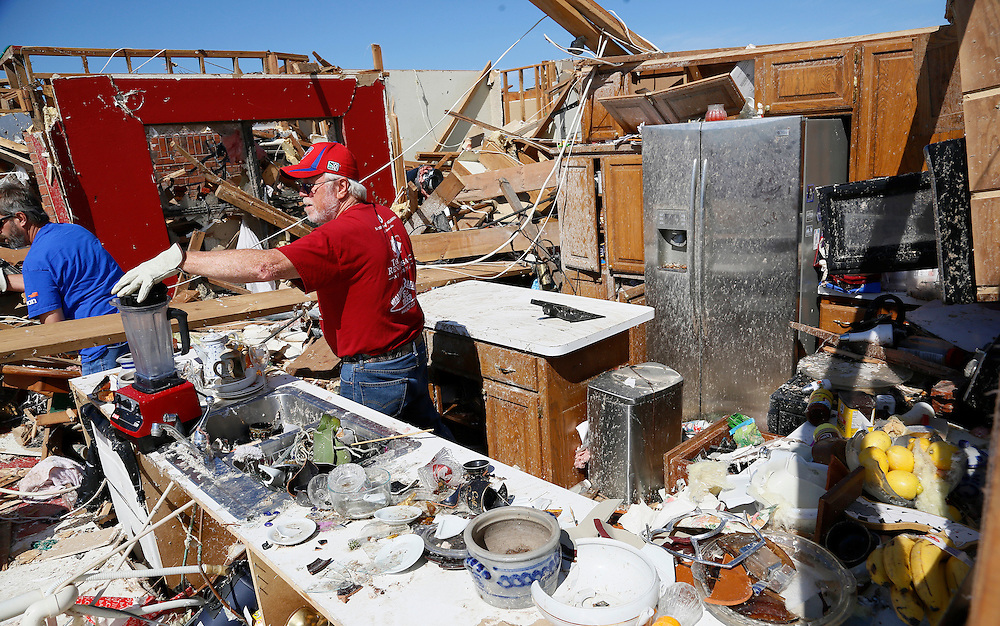 Joe Bell recovers a mixer in his kitchen in his tornado-destroyed house in Oklahoma City, Oklahoma May 22, 2013.  Rescue workers with sniffer dogs picked through the ruins on Wednesday to ensure no survivors remained buried after a deadly tornado left thousands homeless and trying to salvage what was left of their belongings.  REUTERS/Rick Wilking (UNITED STATES)