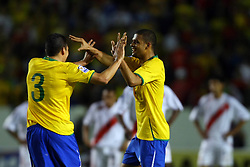 Felipe Melo comemora seu gol com Lúcio na partida entre as seleções do Brasil e Peru em partida válida pelas eliminatórias da Copa do Mundo de 2010. FOTO: Jefferson Bernardes / Preview.com