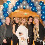 NLD/Gilze/20131130 - Roy Donders presenteert huispakkenlijn, Vader Frans, zus Rian, Roy Donders, en moeder Nel met een model in huispak