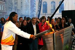 O jogador do Barcelona, da Espanha, Ronaldinho Gaúcho acende a pira dos jogos  Pan-Americanos do Rio 2007, em Porto Alegre-RS. FOTO: Jefferson Bernardes/Preview.com