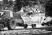 Nederland, Nijmegen, 15-9-1987Studenten, leden van het corps, hebben een gezellige dag tijdens de introductie. Zij laten zich rondrijden op een boerenkar door de stad.Foto: Flip Franssen/Hollandse Hoogte