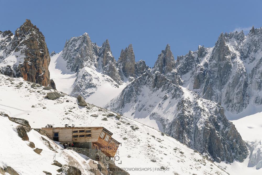 Skitouren im Argentière-Kessel bei Chamonix. Abfahrt über den Argentière-Gletscher mit Blick auf das Refuge d' Argentière.
