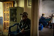 """Un paciente recibe consulta de miembros de la ONG """"Médicos sin Fronteras"""" en una clínica abandona del municipio de Petatlán. Una gran parte de las comunidades ubicadas en la sierra de Guerrero han quedado aisladas por la violencia provocada por grupos armados que han surgido en la región. Esto ha dejado a cientos de familias sin accesos a servicios de salud , ya que difícilmente hay médicos que puedan accesar. En ésta región, la economía se basaba principalmente e en la siembra de amapola, sin embargo, sus habitantes han optado por cultivar aguacate buscando disminuir que la legalidad de éste producto mejore su calidad de vida y poder acceder a servicios médicos otorgados por el Estado."""