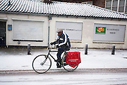 In Utrecht rijdt een fietser door de sneeuw.<br /> <br /> In Utrecht a cyclist is riding in the snow.