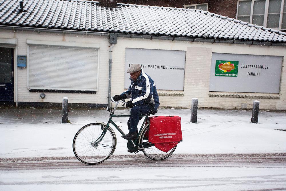 In Utrecht rijdt een fietser door de sneeuw.<br /> <br /> In Utrecht a cyclist is riding in the snow.